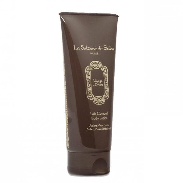 Su perfume es una exquisita combinación de esencias de Ámbar, Almizcle y Sándalo.